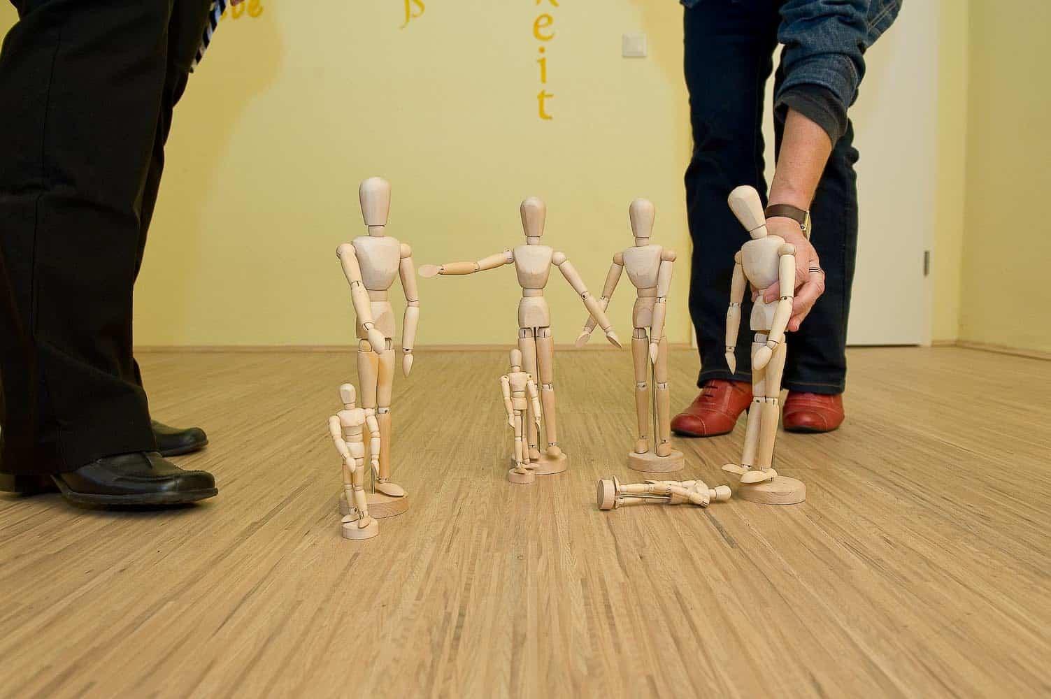Systemische Aufstellung im Raum mit Holzfiguren